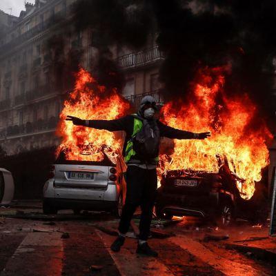 París lamenta 'jornada negra' por violentas protestas de 'chalecos amarillos'