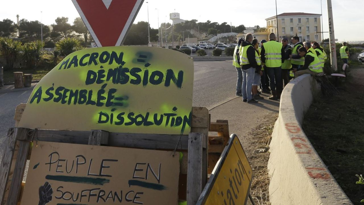 Francia anula gasolinazo para calmar malestar social