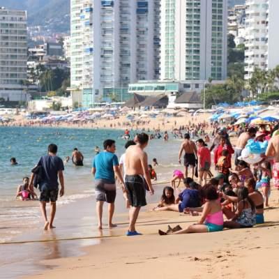 Acapulco, con playas llenas de turistas en último fin de semana del año