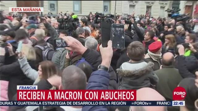 Reciben a Macron con abucheos en Francia