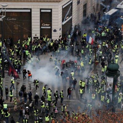 Policía de París lanza gas lacrimógeno a 'chalecos amarillos' para replegar protesta