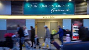 reanudan algunos vuelos en gatwick caos provocado por drones