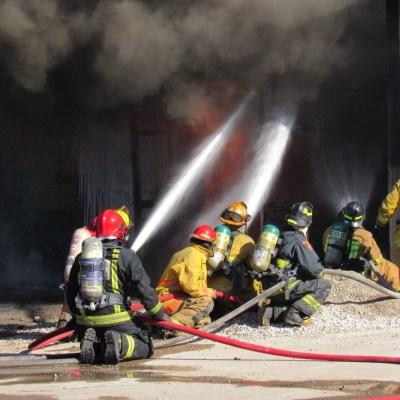 Desalojan 300 personas por incendio en una bodega en Mazatlán, Sinaloa