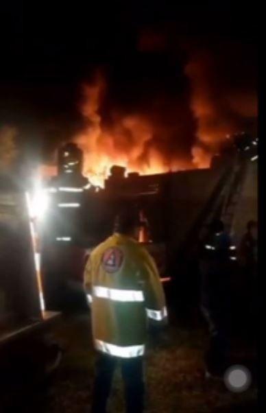 Se incendia un taller de cera en Tecali de Herrera, Puebla