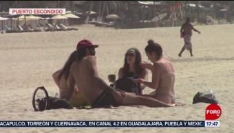 Turistas Disfrutan Vacaciones Playas De Oaxaca