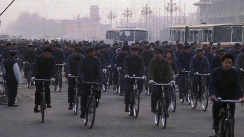 Una de las estampas comunes en el Pekín de 1978, la avenida Chang An repleta de bicicletas (BBC)