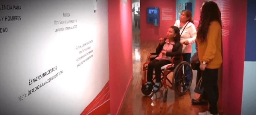 Una joven con discapacidad acompaña a los visitantes. (Noticieros Televisa)