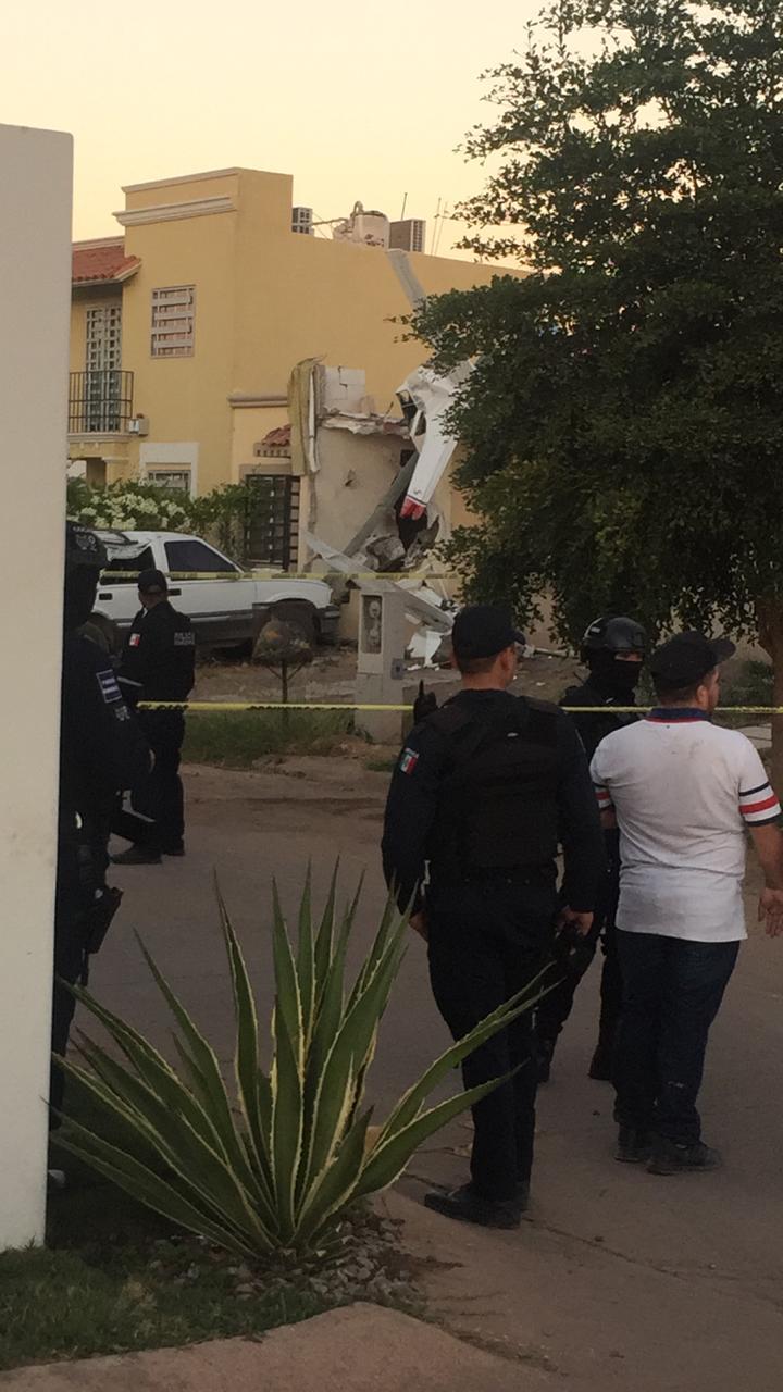 Vecinos sorprendidos observan los restos de la aeronave sobre la vivienda (El Debate)