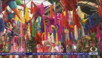 Venta de piñatas y aguinaldos en el Mercado de Jamaica