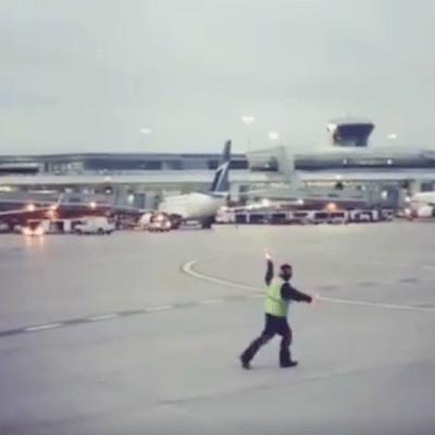 VIDEO: Trabajador de aeropuerto se vuelve viral con baile para los pasajeros