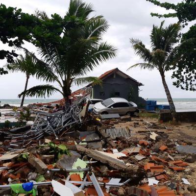 Video del momento exacto en que tsunami arrasa con concierto en Indonesia