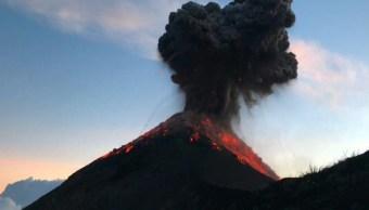 Video Volcán de Fuego expulsa lava sorprende excursionistas