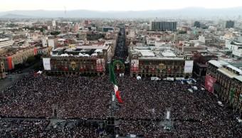 AMLOfes: Miles de personas asisten al Zócalo