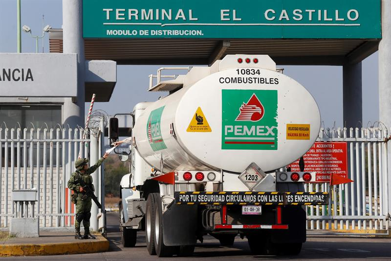 pemex acepta ayuda de transportistas privados para distribuir gasolina