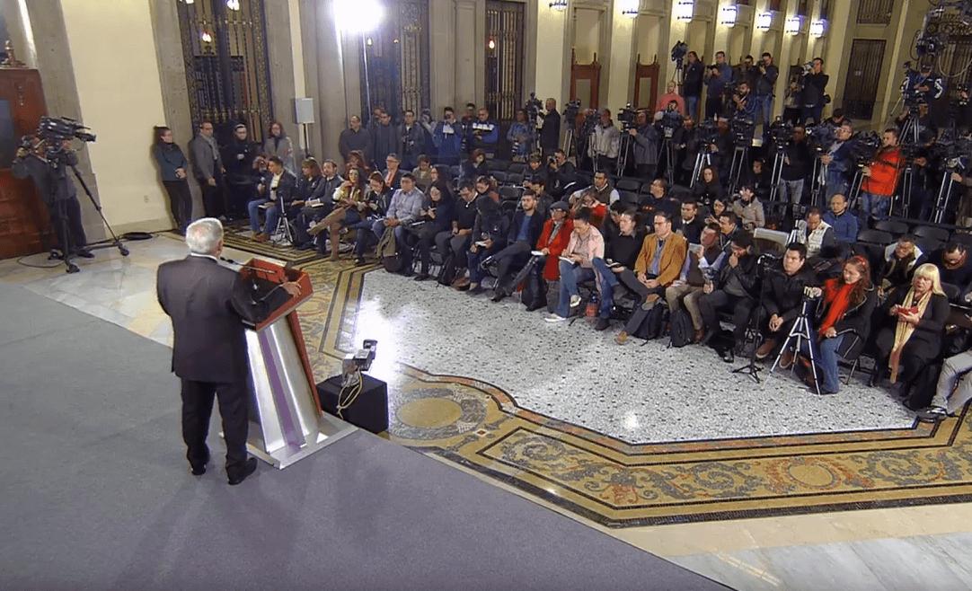 Andrés Manuel López Obrador responde a reporteros en Palacio Nacional. (YouTube)