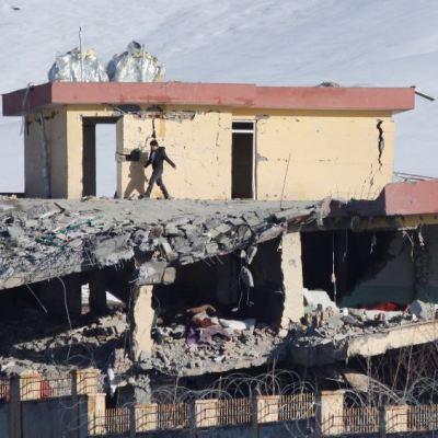 Cerca de 100 muertos tras ataque talibán a base del servicio secreto afgano