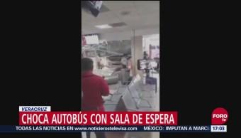 Autobús choca contra sala de espera de central camionera en Veracruz