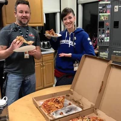 Envían 350 pizzas a controladores aéreos afectados por cierre del Gobierno de EE. UU.