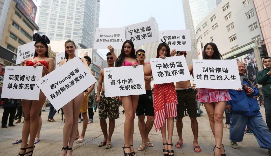 Foto: Varios hombres y mujeres en bikini celebraron el Día de los Solteros el 11 de noviembre de 2014 en Nanjing, China (Archivo/Getty Images)