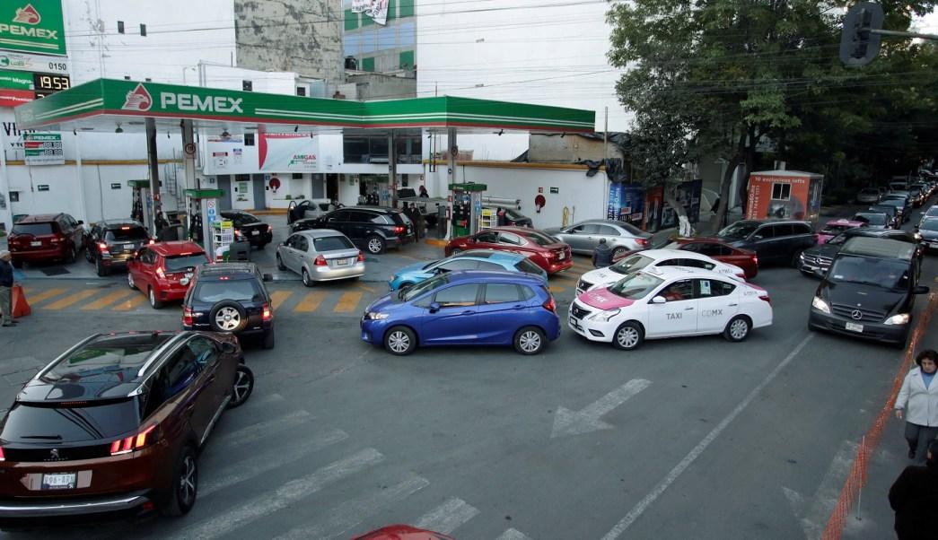 Continúan las largas filas en CDMX para cargar gasolina