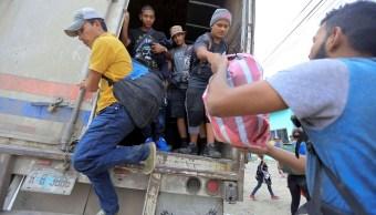 Hondureños de caravana migrante cruzan frontera de Guatemala