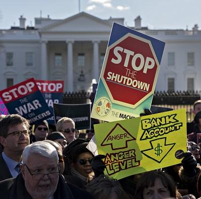 Miles de trabajadores federales en EEUU reclaman fin de cierre de Gobierno