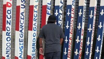 Foto: Un hombre mira a través del cerco fronterizo entre Estados Unidos y México en el Parque de la Amistad en Tijuana, imagen del 20 de enero del 2019