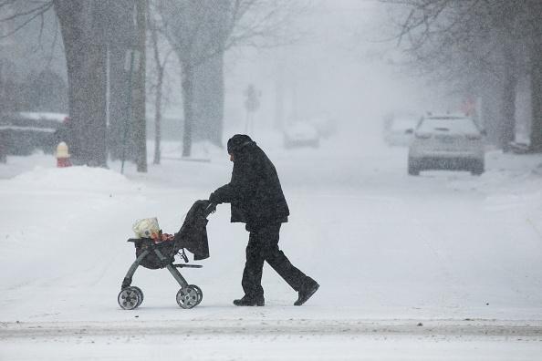 Foto: Un hombre empuja una carriola durante una nevada en Detroit, Michigan, el 28 de enero del 2019