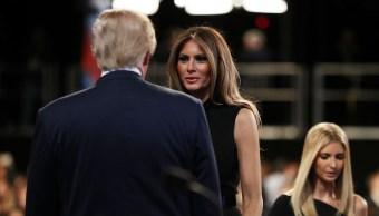 Foto: Melania habla con Donald Trump durante el último debate presidencial el 19 de octubre de 2016
