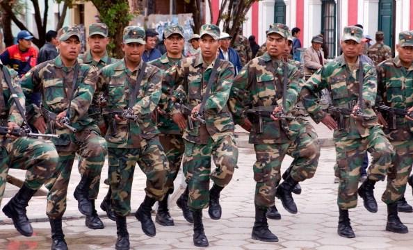 Soldado muere por disparo de compañero que tomaba 'selfie'