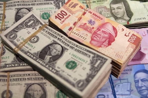 Peso retrocede por leve mejoraría del dólar