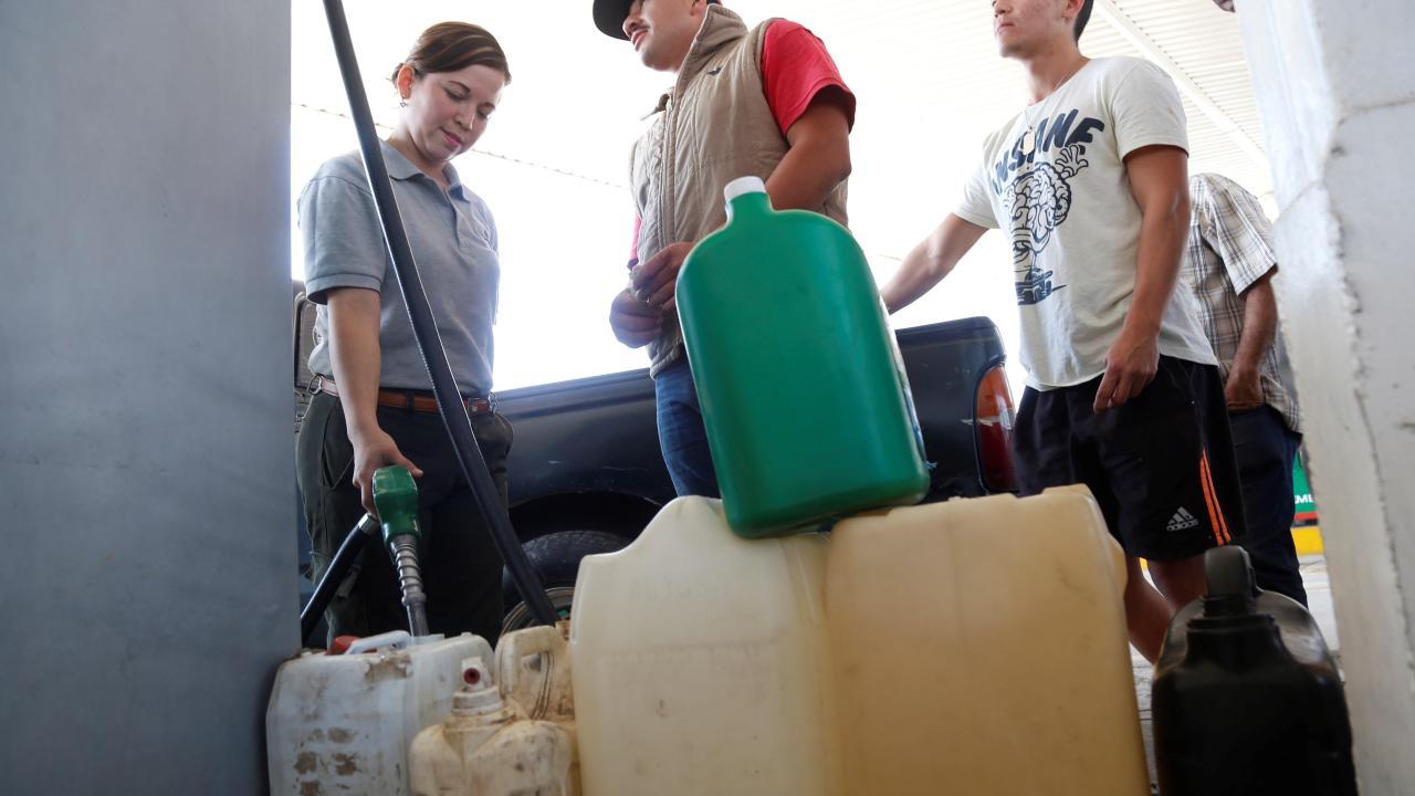 revendedores aprovechan filas para ofrecer gasolina automovilistas