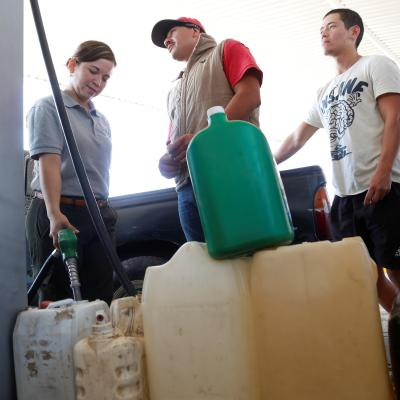 Revendedores aprovechan filas para ofrecer gasolina a automovilistas