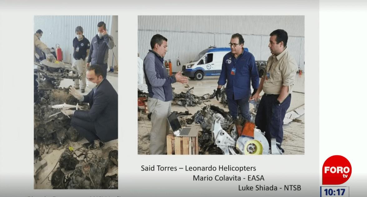 Especialistas revisan los componentes del helicóptero. (FOROtv)