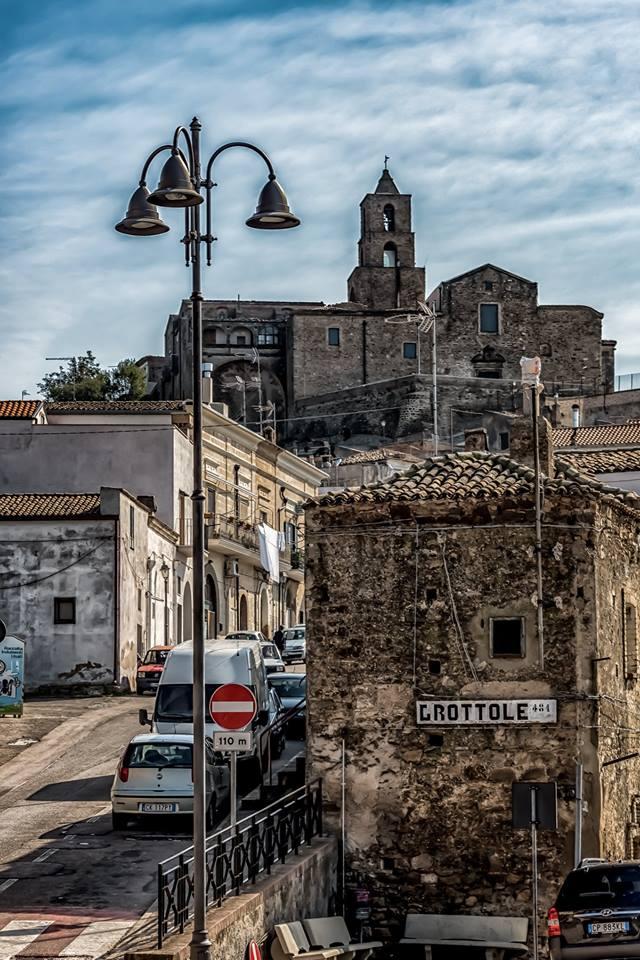 Pueblo-italiano-Grottole-Italia-Turistas
