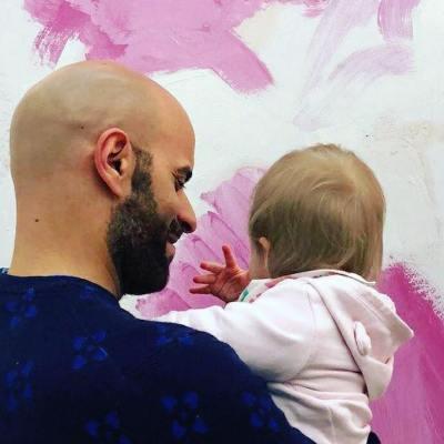 Homosexual adopta a bebé con síndrome de Down rechazada por 20 familias