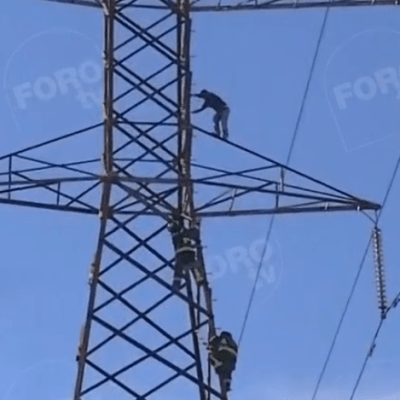 Hombre sube a torre eléctrica en Iztapalapa, CDMX