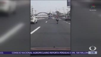Joven circula en patineta sobre la Autopista México-Toluca