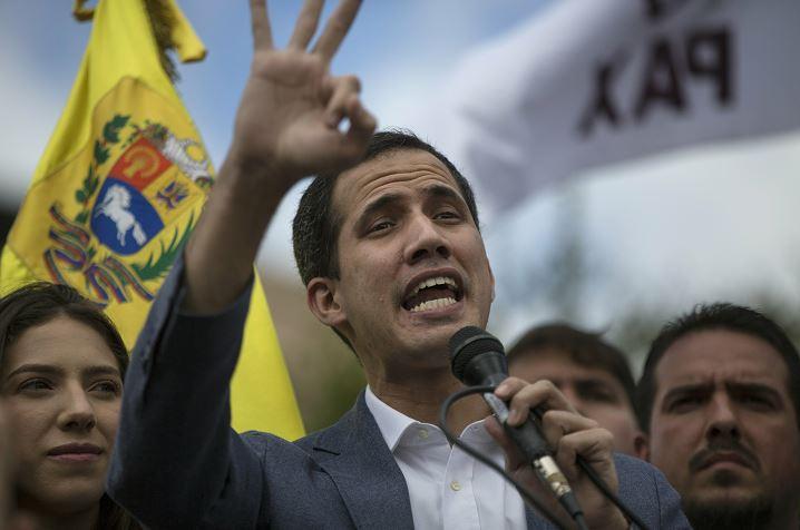 Foto: El autoproclamado presidente interino de Venezuela, Juan Guaido, da un mensaje a sus partidarios en Caracas, 26 enero 2019