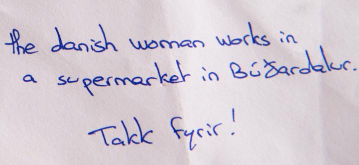 'La mujer danesa trabaja en un supermercado de Búðardalur, Takk fyrir! (gracias!)', escrito en la esquina inferior derecha de la carta para mayor referencia (Skessuhorn)