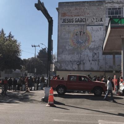Ciudadanos se forman, sin autos, para comprar gasolina en Toluca