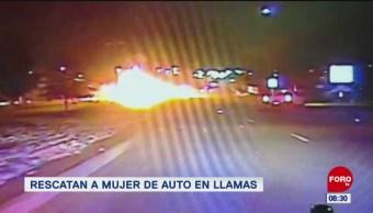 #LoQueVimosEnLaRed: Rescatan a mujer de auto en llamas