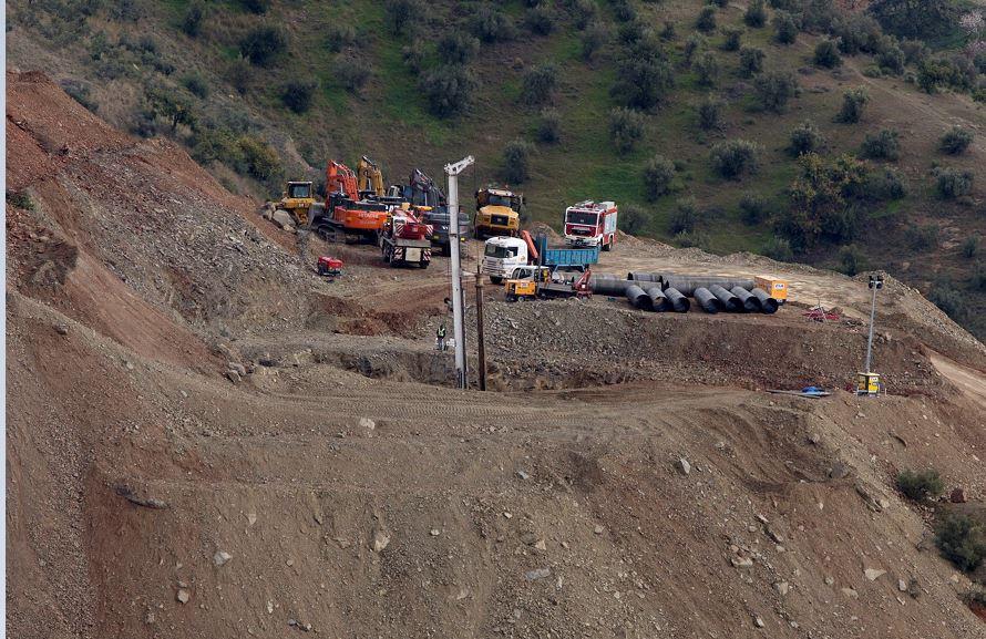 Dureza de terreno ralentiza rescate de niño español en pozo