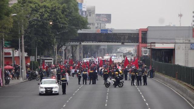 Manifestantes bloquean Tlalpan y provocan caos vial