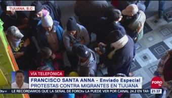 Migrantes permanecen en una bodega en Tijuana, Baja California