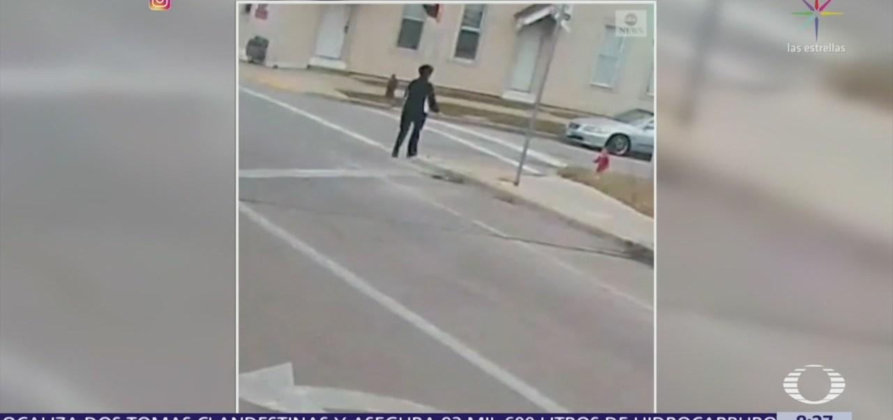 Mujer rescata a bebé que caminaba sola en Milwaukee