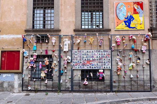 Foto: Muro de muñecas en honor víctimas de femicidios en Italia, 23 enero 2019