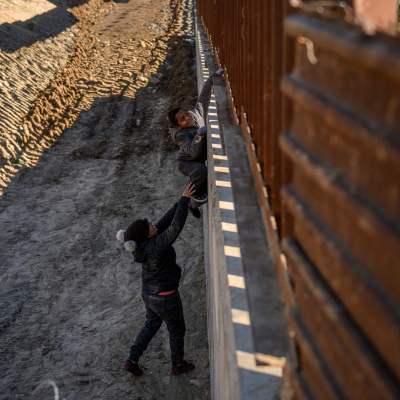 Trump considera redirigir recursos de estados devastados para construir muro: NYT