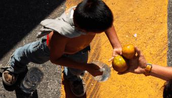 Foto: Niño migrante recibe fruta y agua en Chiapas, 18 enero 2019, Chiapas, Méxcio