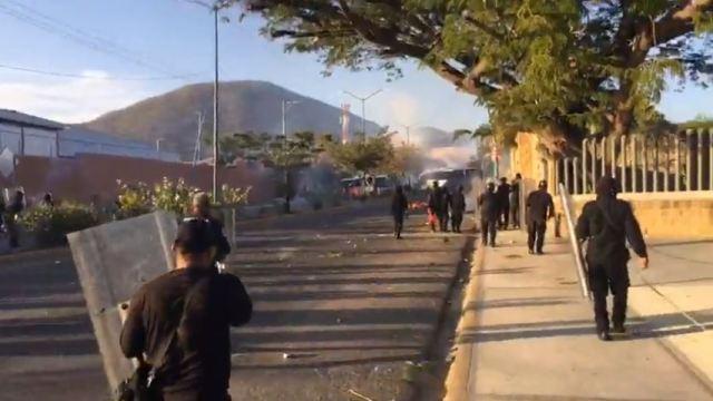 Nuevo enfrentamiento entre normalistas y granaderos